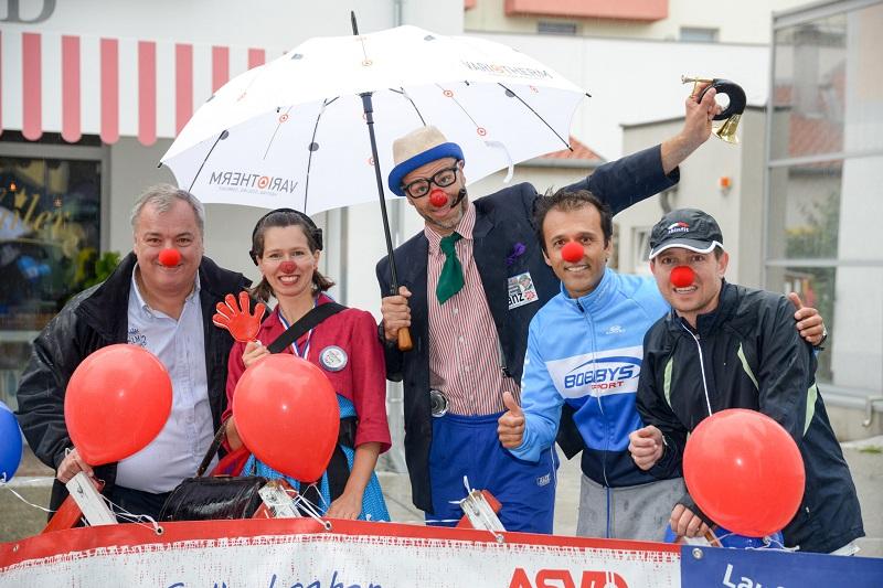 Bgm Andreas Ramharter, Veranstalter Bobby Agboatwala und Sportreferent Harald Sorger feierten mit den Clowndoktoren Miss Irmi und Doktor Franz